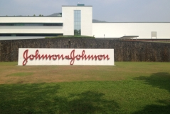 Продажи Johnson&Johnson упали на 6% в 2015 г.