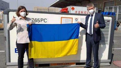 Перша партія вакцини CoronaVac вилетіла з Китаю в Україну