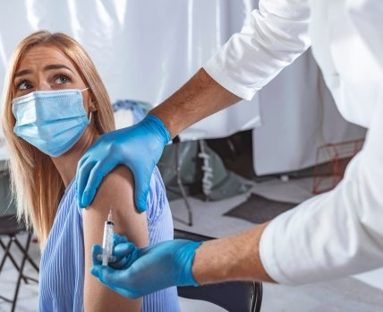 Американские власти опасаются внедрения бустеров от COVID-19 из-за риска серьезных побочных эффектов