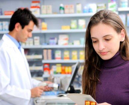 Подросток в аптеке в поисках средства контрацепции: что может посоветовать провизор